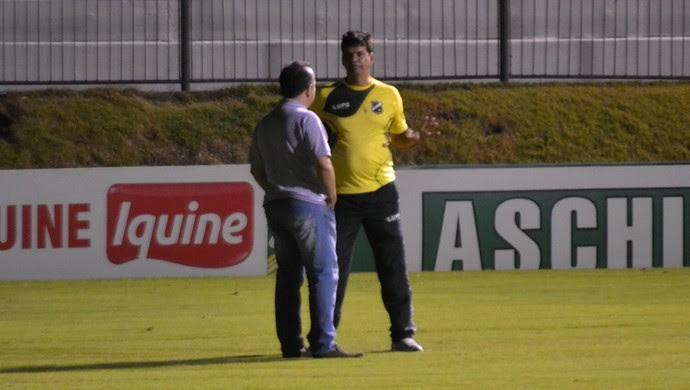 Rogério Marinho, vice-presidente administrativo e financeiro do ABC - Moacir Júnior, técnico do ABC (Foto: Jocaff Souza/GloboEsporte.com)