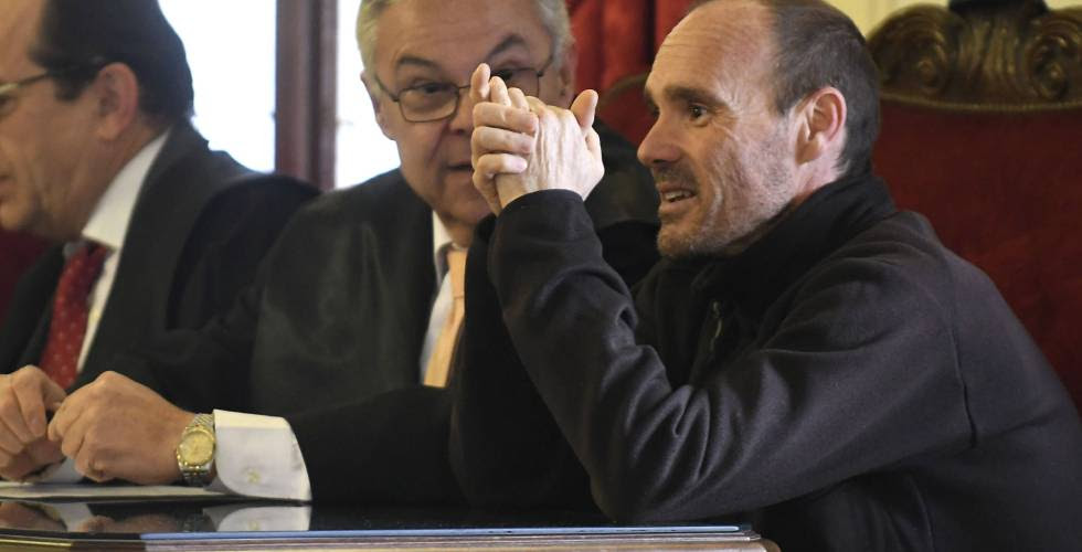 Miguel Ángel Muñoz (right) with his lawyer during the trial.