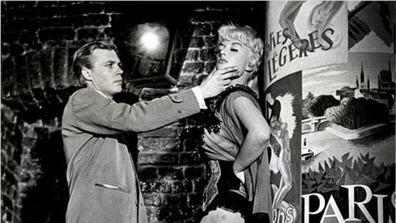 En 1960, Karlheinz Böhm changea radicalement de registre et interpréta -inquiétant cousin de Norman Bates- un jeune cameraman à l'enfance perturbée, qui traque à la nuit tombée l'expression d'horreur sur le visage des femmes qui s'apprête à tuer.