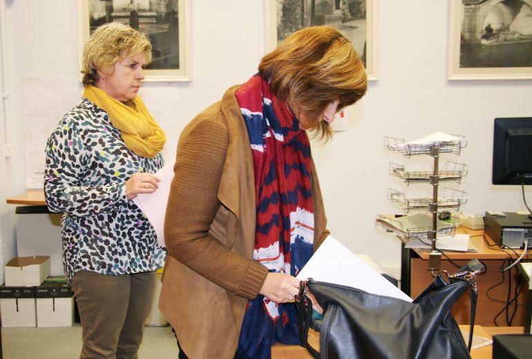 Lourdes Larraza y Josune Gómez en el momento de la renuncia a sus cargos en el Ayuntamiento.
