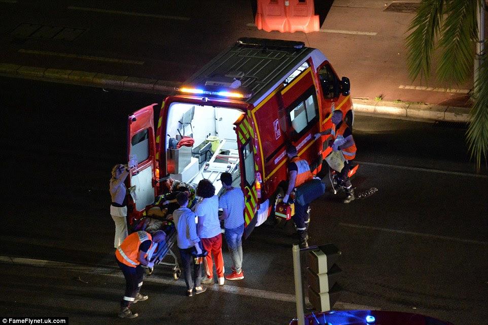Os serviços de emergência levou sobreviventes gravemente feridos para longe da cena em uma frota de ambulâncias para hospitais próximos para tratamento