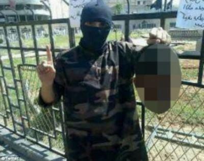 Ο ράπερ κραδαίνει το κεφάι σύριου στρατιώτη στη Ράκα από το λογαριασμό του στο tweeter 16/08/14