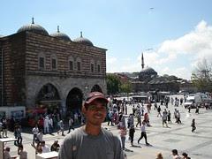 Berlatar belakangkan Spice Bazaar dan Rustam Pasha Mosque di Eminonu, Istanbul, Turkey