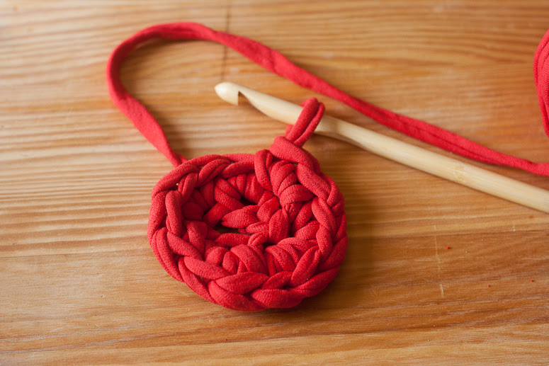 Make a crochet basket from t-shirt yarn at Callaloo Soup -4