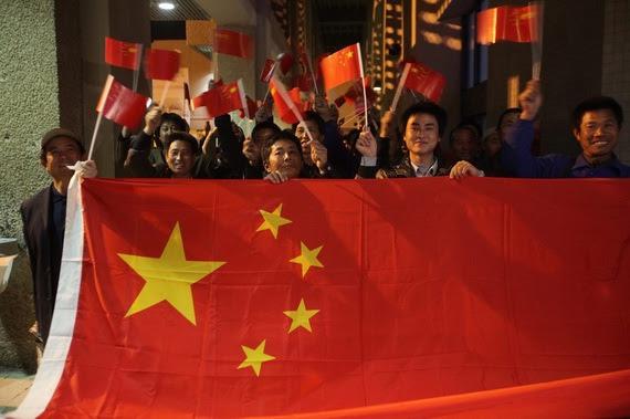 2011年3月3日晚,在约旦首都安曼阿利娅王后国际机场,等待出发的中国工人手举国旗。 图片:新华社发(摄影:穆罕默德·阿布古什)