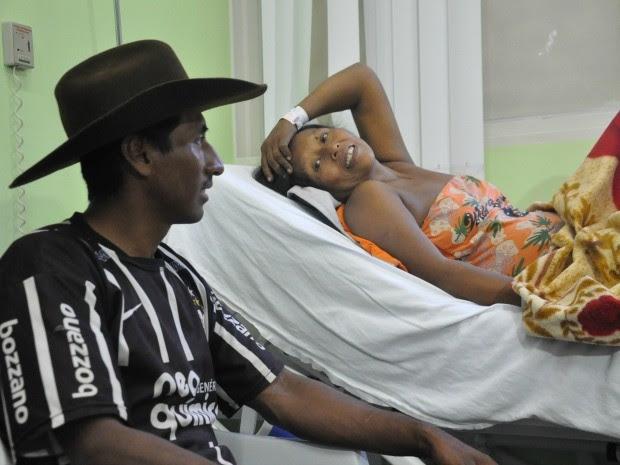 Marido e mulher ainda no hospital onde quadrigêmeas nasceram (Foto: Gabriela Pavão/ G1 MS)