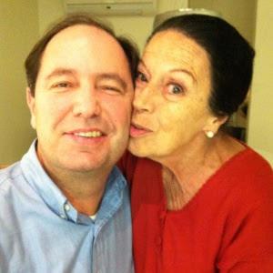 Foto de um site de relacionamento mostra Alpha Dias Kieling e o filho, o empresário Robert Dannenberg. A aposentada foi encontrada morta na tarde deste domingo (29) num terreno em São Conrado, zona sul do Rio de Janeiro