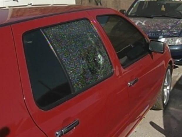 Marcas dos tiros no carro do empresário morto na noite de ontem.  (Foto: reprodução/TV Tem)