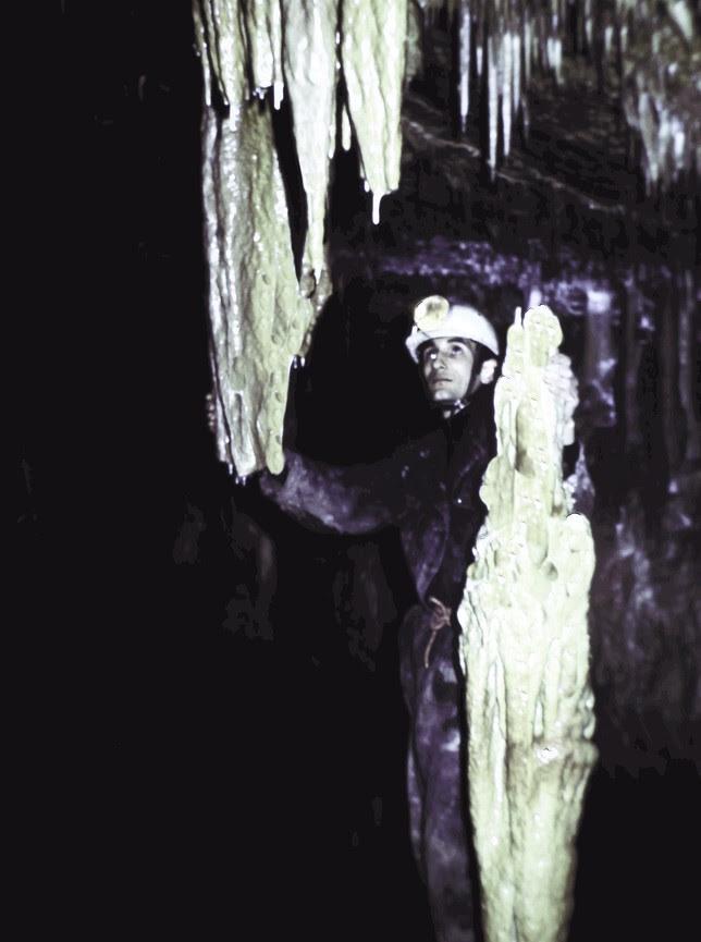 Lorenzo Sáez, dentro de la gruta hace 40 años.
