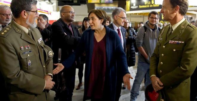 La alcaldesa de Barcelona, Ada Colau, conversa con dos mandos militares en el stand que el Ministerio de Defensa ha instalado en la XXVII edición del Salón de la Enseñanza. EFE/Toni Albir