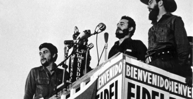 Fidel Castro pronuncia un discurso junto a Camilo Cienfuegos y Ernesto Che Guevara en La Habana (8 de enero de 1959) / AFP