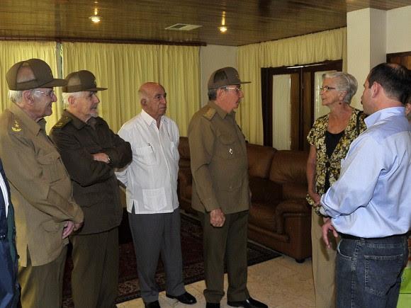 Fernando González comparte con el Presidente cubano Raúl Castro, otros dirigentes de  la Revolución y sus familiares.