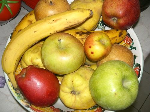 apple varieties in a fruit bowl