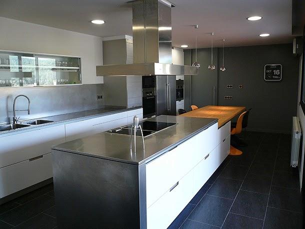Una cocina moderna y luminosa dimont studi tecno haus for Diseno cocinas paralelo