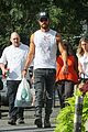 justin theroux shows off his buff biceps while food shopping 01