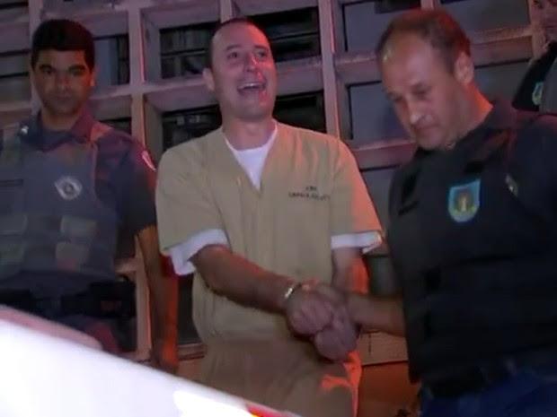 Anderson sorriu para os familiares ao deixar Fórum em São Roque (Foto: Reprodução/TV TEM)