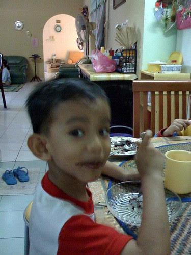 Luqman makan kek coklat