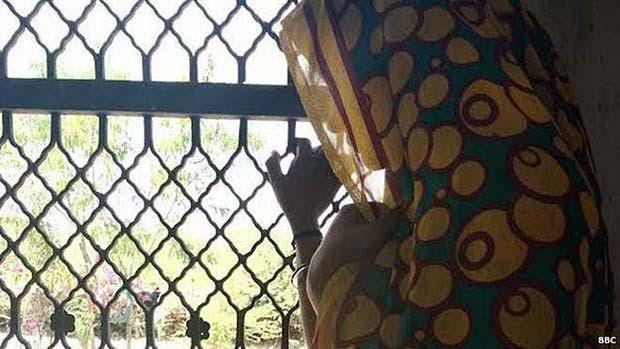 A mulher de 23 anos, mãe de dois filhos, sofreu estupros coletivos durante meses (Foto: BBC)