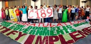 LEYENDA ÚNICA Trabajadoras domésticas celebran el resultado de la votación sobre la Convención de Trabajadores Domésticos_ Conferencia Internacional del Trabajo 100a reunión Ginebra 16 de junio 2011