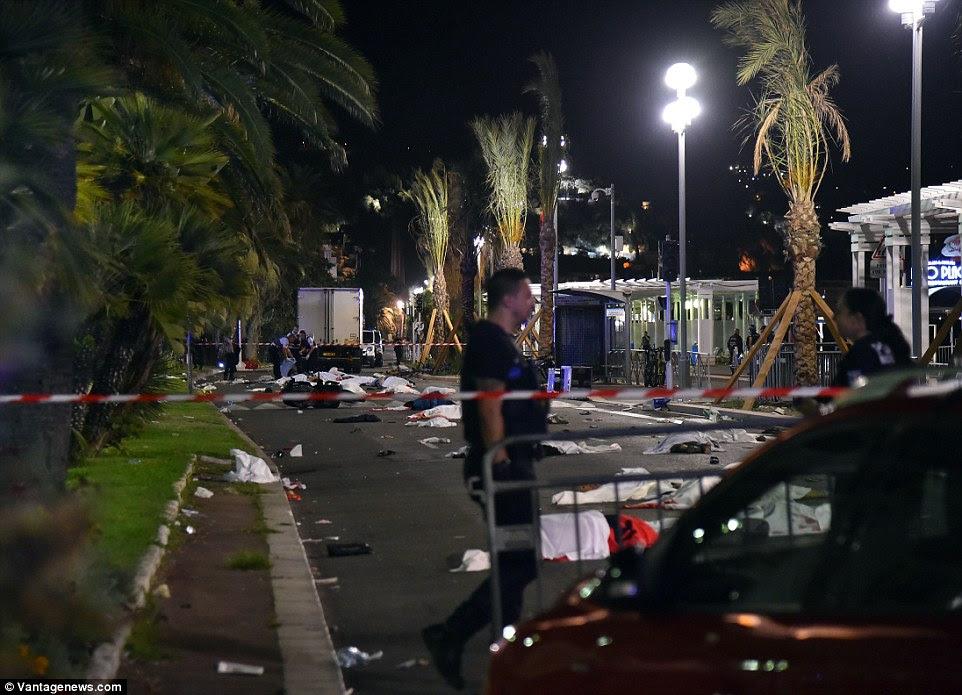 Horror: Testemunhas descreveram ter visto corpos do mortos enviou voando em todas as direções ou ser preso sob as rodas do camião