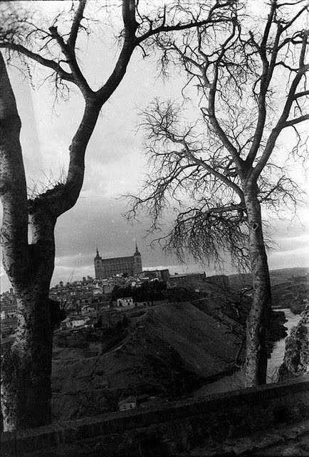 Almeces de la ermita del Valle  en 1935. Fotografía Josep Gaspar i Serra © Arxiu Nacional de Catalunya. Signatura ANC1-23-N-1547
