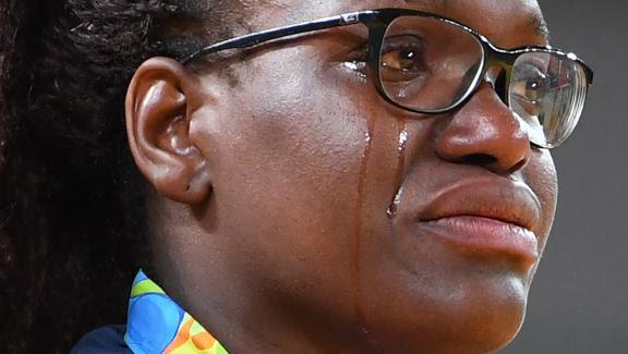 Les larmes en or de la Française Emilie Andéol, championne olympique des plus de 78 kg au judo, le 12 août 2016.
