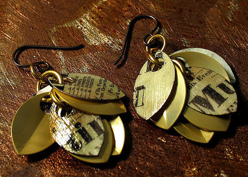 paper-short-dangle-earrings-in-gold-with-playbill-motif