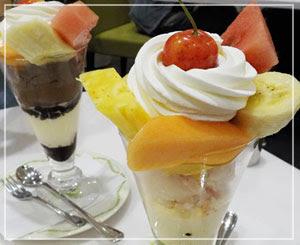 「千疋屋」のフルーツパフェ。てっぺんのさくらんぼまで美味♪