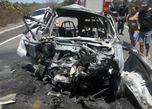 Um dos veículos envolvidos no acidente incediou com o impacto da batida (Foto: Ronaldo Simplício/G1)