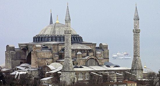 Barco Mavi Marmara navega de volta a Istambul, aparacendo atrás do museu Santa Sofia