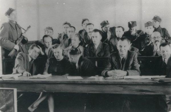 Ława oskarżonych w czasie procesu Witolda Pileckiego i jego współpracowników, w tym Tadeusza Płużańskiego, 1948 r. (fot. domena publiczna).