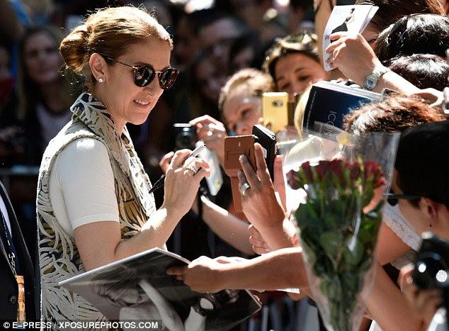 Cumprimentando seus fãs: Deixando o hotel e sair para atender a multidão que a esperava, a 48-year-old cantora parecia estar em alto astral, cumprimentando a multidão com um sorriso e uma onda