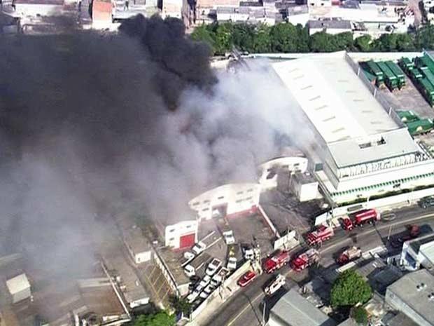 Bombeiros atendem ocorrência em unidade de cervejaria. (Foto: Reprodução/TV Globo)