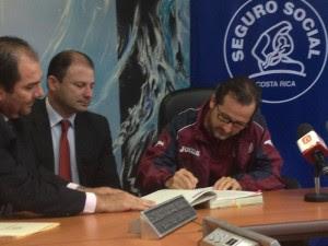 El Presidente del Saprissa firmó esta tarde un arreglo de  pago con la CCSS. CRH