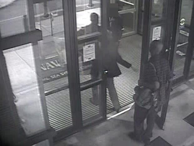 Imagem mostra  Aaron Alexis entrando no prédio da Marinha as 8:08 da manhã (Foto: FBI/AP)