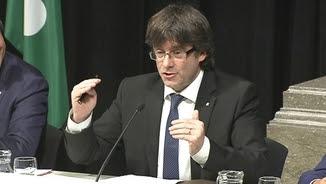 Puigdemont durant la seva intervenció en l'acte d'aquest dilluns en el Palau de la Generalitat