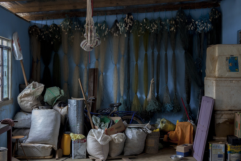 Casa do casal de pescadores Raimunda Gomes da Silva, 57 anos, e João Pereira da Silva, 64 anos. As redes, sem uso, agora ficam penduradas