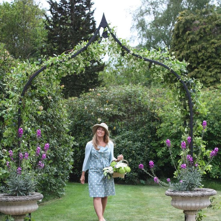 The Ogee Garden Arch, endorsed by the RHS, is instantly recognisable with its distinctive curved shape creating a dramatic focal point in an...