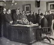 John Hay, Secretario de Estado de EE.UU., firmando la ratificación del Tratado de París