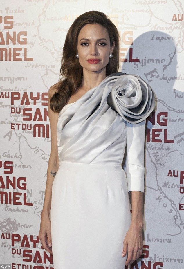 Cativante: Angelina Jolie chega hoje para o rastreamento de In The Land of Blood and Honey, em Paris, França