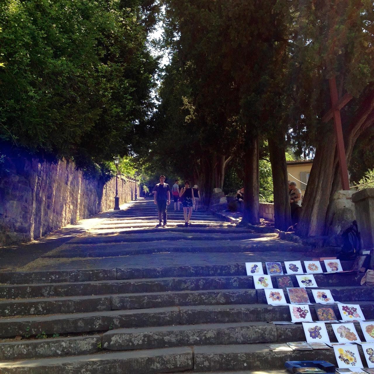 Estas escadas seguem o muro externo do jardim até o Piazzale...