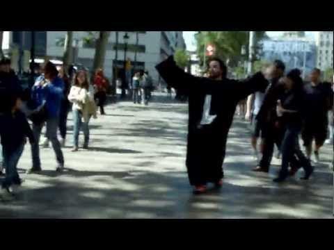 video que muestra como Loulogio paga una apuesta perdida por las ramblas