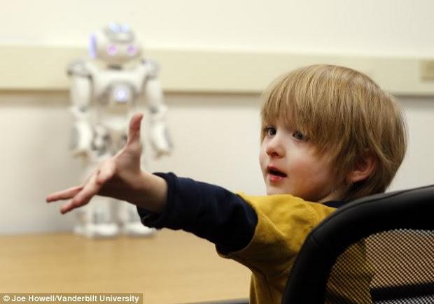 Aiden interagiu de forma surpreendente com robô (Foto: Reprodução/Daily Mail)