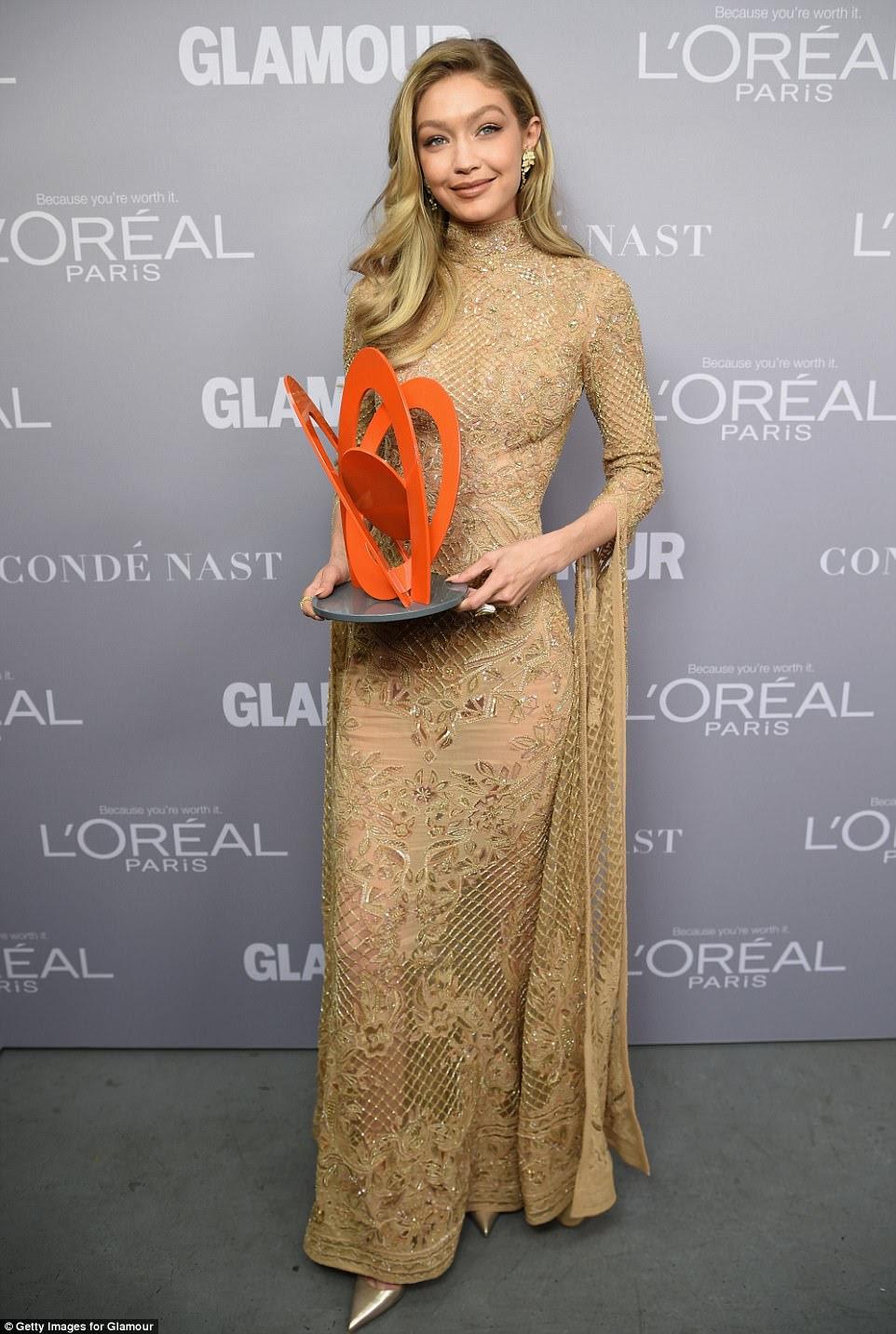 Garota dourada  Mulheres do ano homenageadas Hadid orgulhosamente sustentou seu prêmio
