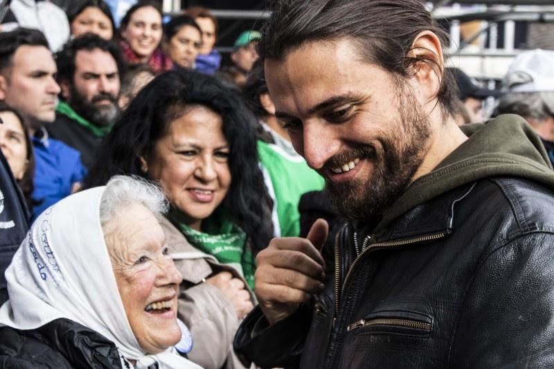 <p>Nora Cortiñas, fundadora de Madres de Plaza de Mayo, juntoJuan Grabois, abogado y líder piquetero durante las movilizaciones contra el Gobierno Macri.</p>