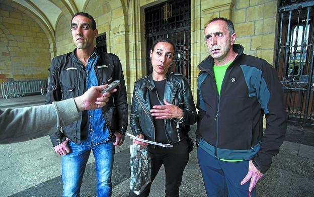 Asentadores. Aitor Iglesias, Montse Iglesias y Aitor Artekale antes de reunirse con el alcalde. / F. DE LA HERA