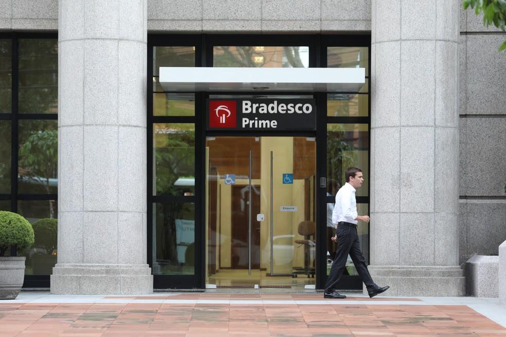 Homem caminha em frente à agencia do Banco Bradesco na Avenida Berrini, na zona sul de São Paulo (Foto: Marcelo Brandt/G1)