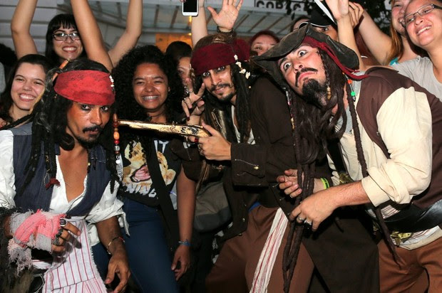 Fãs e sósias aguardam Johnny Deep na porta do Copacabana Palace RJ (Foto: Andre Freitas e Gabriel Reis / AgNews)