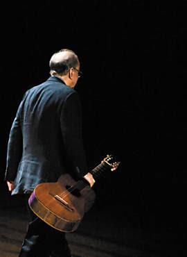 O cantor João Gilberto, no palco do Auditório Ibirapuera, em São Paulo