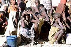 Crianças somalis esperando por ajuda - Foto: Domínio Público